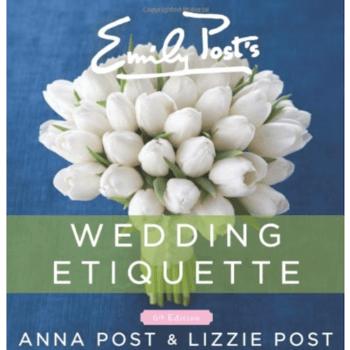¿No sabes cómo comportarte en una boda y no tienes idea de los protocolos? ¡Buena noticia! Este libro de Emily Post es una biblia (literal) con todo lo que necesitas saber para destacar en el gran día. Como novia, invitada o dama de boda, este libro es un must.