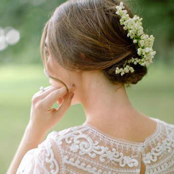 Penteado para noiva com cabelo preso em coque baixo | Crédito: Erika Parker Photography