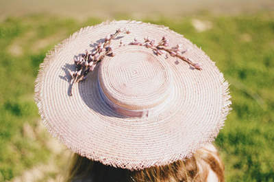 Sombreros de ala ancha para invitadas: ¡luce espectacular, distinguida y elegante!