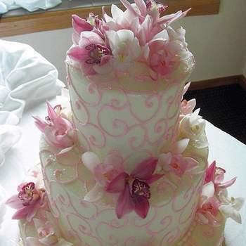 Torta en tres pisos con decoración rosada ¿Te gustaría solicitar una torta como esta?
