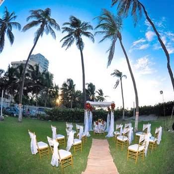 Las sillas son para los invitados y se presta mayor atención para decorar el lugar donde se oficiará la boda.
