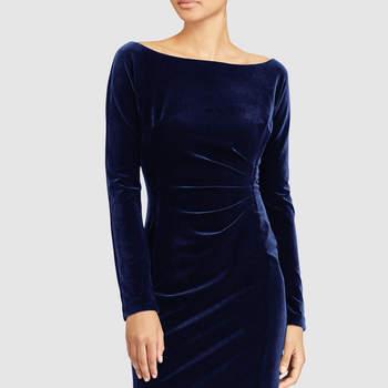Vestido de terciopelo azul con drapeado en cintura. Credits: Ralph Lauren