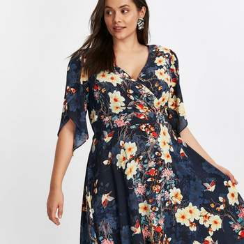 Créditos: Scarlett & Jo Navy Angel Sleeve Floral Midi Dress, Evans