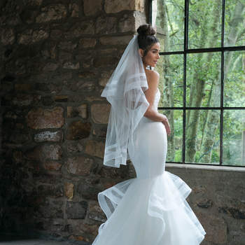 Modelo 44047, vestido de novia estilo sirena con escote corazón y volantes en la cola
