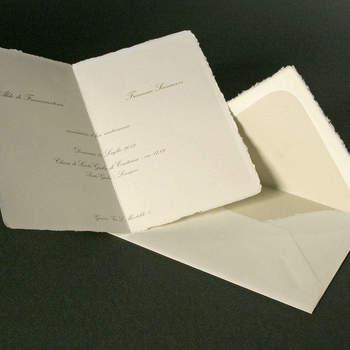 Cartaria del Garda: Partecipazioni su carta di Amalfi, con taglio in stile antico e font classico color oro, un tuffo nell'eleganza del passato.