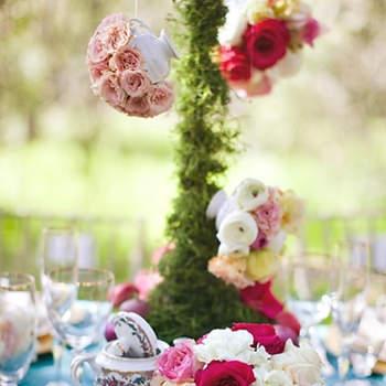 Une décoration de table vintage, tout à fait dans l'esprit Alice au Pays des Merveilles. - Source : Style Me Pretty, Kim Le Photography