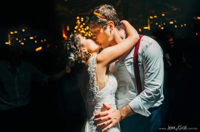 Casamento na praia de Tainá & Rubens: romântico, encantador e repleto de LINDOS detalhes!
