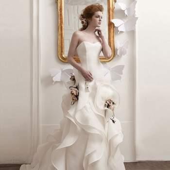 Abito scultura con gonna ricca di ampie pinces e fiori in tessuto applicati