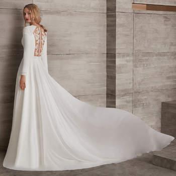 Vestido de novia de manga larga con corte en la cintura, apliques en los hombros y encaje en la espalda.