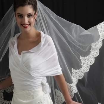 Voile de mariée Sienne, bordé d'une fine dentelle de Coloris. Crédit photo: Mariage Pronoce