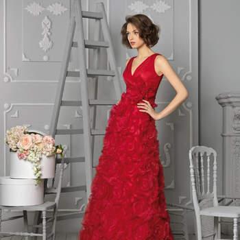 Abito rosso corallo con scollo a V e gonna interamente lavorata con fiori in tessuto 3D