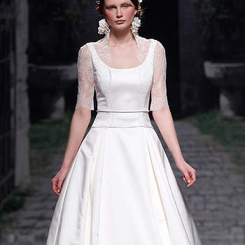 Vestido de novia con amplia falda y manga de encaje. Foto: Barcelona Bridal Week