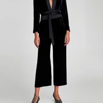 Conjunto de pantalón y chaqueta cruzada en terciopelo negro. Credits: Zara