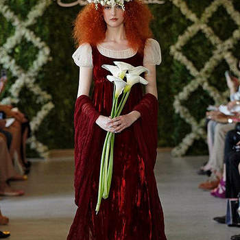 Robe de mariée bordeaux d'inspiration médiévale. Photo : Oscar de la Renta