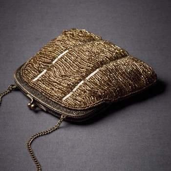 Herraje en plata, cierre Kisslock, en seda color dorado o tendencia bronce y forro en poliéster y cadena para colgar.