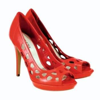 Chaussures rouges ouvertes avec quelques trous sur les côtés. - Source : Venezia