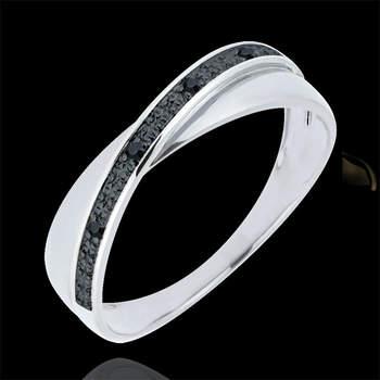 Espectacular anillo de oro blanco de 9 quilates atravesado por una banda salpicada de cuatro diamantes negros. Foto: Edenly  http://tinyurl.com/d9uu8yc