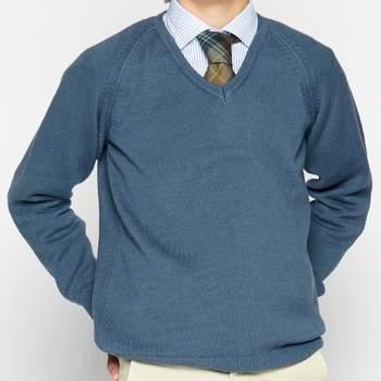 Jersey de pico azul y pantalón chino beige. Credits: Nicoli