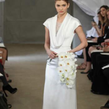 Robe de mariée manches courtes et décolleté en V. Simplicité et élégance caractérisent ce modèle Carolina Herrera 2013.