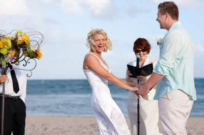 Real Wedding: Divertida boda en la playa con detalles en rosa y naranja