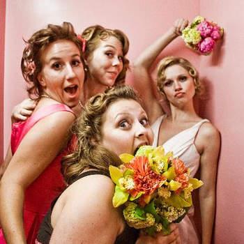 La mariée et ses demoiselles d´honneur, en mode compétition autour du bouquet - Crédits photos: Sweet Little Photographs