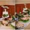 Tarta de bodas sobre unos troncos de madera.