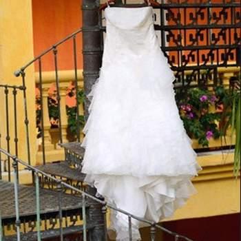 ¿Te gustaría lucir un vestido corto como este para tu boda? Ofrece escote palabra de honor, tallado hasta la cadera con media cola.