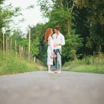 Foto dos noivos descalços na sessão de fotos. Foto: Bell Studio.