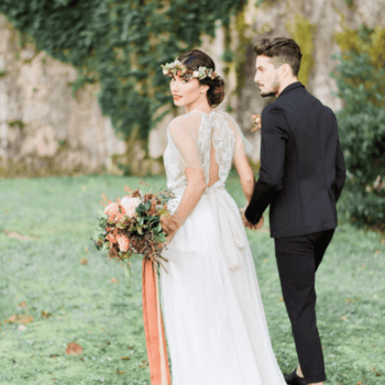 Atelier Elena Pignata : uno stile boho chic di grande eleganza. Corpetto morbido, ricami e una romantica corona di fiori.