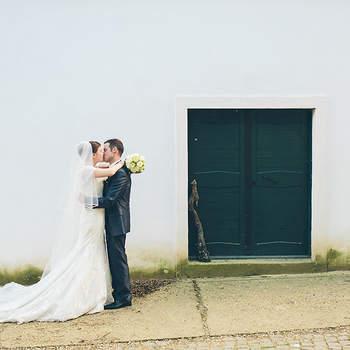 """Seidl+Soukup Hochzeitsfotografie: Es ist die Leidenschaft und die Kreativität, die sich in den Bildern Fotografenehepaars Bettina und Roman Seidl wiederspiegelt. Gemeinsam mit ihrem Team begeistern Sie mit modernen Hochzeitsreportagen ihre Kunden.  Wenn man ihre Hochzeitsbücher durchblättert, die mit viel Liebe gestaltet sind, wünscht man diesen wunderschönen Tag schnellstens herbei. """"Wir haben selbst dieses Jahr geheiratet, daher wissen wir wie wichtig es ist, einen Fotografen zu finden, der in der Hochzeitsfotografie seine Passion gefunden hat."""" erzählt Roman. """"Denn diese Liebe erkennt man in den Fotos wieder"""" ergänzt Bettina.  """"Das Hochzeitspaar investiert viel Zeit und Energie in ihren perfekten Tag. Da ist es wesentlich, dass alles funktioniert und diese Erinnerung in einem fotografischen Stil, der einem gefällt, sicher und mit handwerklicher Perfektion festgehalten wird."""" sind sich beide einig.  Das Team von Bettina und Roman Hochzeitsfotografie erwischt immer den richtigen Zeitpunkt, diesbezüglich müssen Sie sich also keinerlei Sorgen machen. Immer am richtigen Platz und trotzdem unsichtbar."""