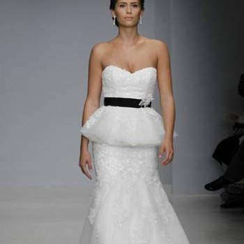 Vestido de noiva branco com cinto preto, da colecção Alfred Angelo Primavera 2013.