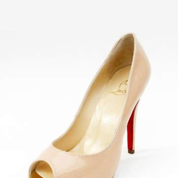 El color nude es uno de los favoritos para las colecciones de novias 2013. Algunos de los modelos incluso traen algún detalle en color rojo, como el tacón o algún adorno en pedrería. Súmate y usa el color nude.  Foto de Christian Louboutin.