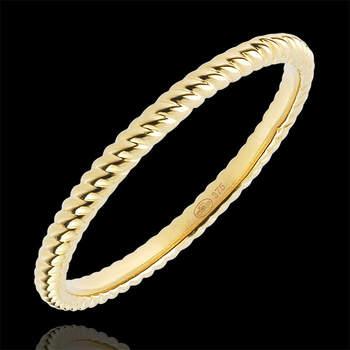 Anillo en oro de cuerda de 9 quilates perfecto para acompañar al anillo de pedida, un anillo de cuerda en oro de otro color o cualquier otro motivo. Foto: Edenly.  http://tinyurl.com/bpuhbtc