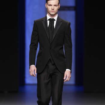 Traje entallado para el novio en color negro, con pantalón de raso, de Miquel Suay. Foto: Ugo Camera/ BBW