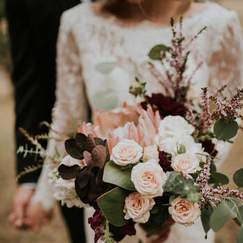 As rosas ficam incríveis em diferentes estilos de bouquets de noiva | Créditos: Lace and Lillies Flowers