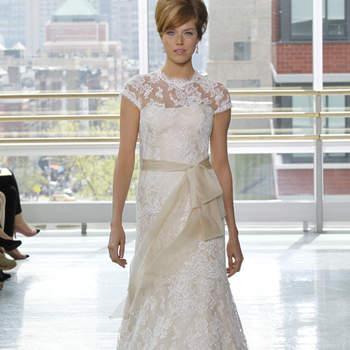 Vestido de novia con encaje, escote en cisne y con cinturón en moño color nude.