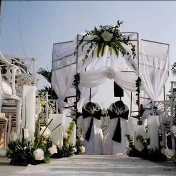 En la costa el color blanco para decorar en las bodas luce muy bien, combínalo con verde será suficiente.