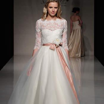 Los vestidos de novia 2013 de Stephanie Allin son estilos juveniles. Predominan los cintos para resaltar la silueta femenina, vestidos con brillos y escotes ilusión, el favorito de los diseñadores para 2013 y por supuesto no podía faltar el encaje. ©Stephanie Allin at The White Gallery London 2012