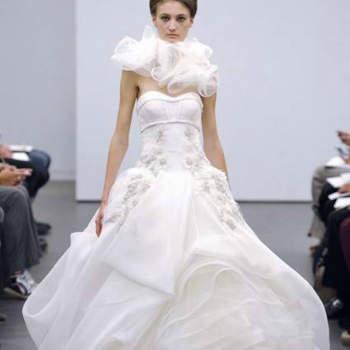 Vera Wang é inovadora por natureza e maneja com mestria a ousadia nas suas colecções de vestidos de noiva.  O seu exuberante regresso com a colecção Outono 2013 traz-nos a sua perspectiva sobre a tradição dos vestidos de noiva brancos.