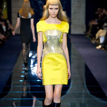 Abito giallo fluo con scollatura a barca e parte centrale in maglia metal argento. Versace