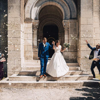 Photo : Romain Jacques -  Adepte du photo-journalisme, Romain crée l'album photo de votre mariage à la façon d'un reportage. Un reportage empreint de grands moments et d'émotion. Il capture sur cette photo les mariés à la sortie de l'église, prêts pour le début d'une nouvelle vie.