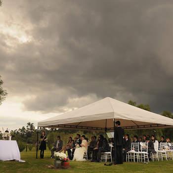 Incluso si amenaza lluvia, las ceremonias al aire libre permiten captar juegos de luz que nunca conseguimos en espacios interiores. Foto: Juya fotógrafos.