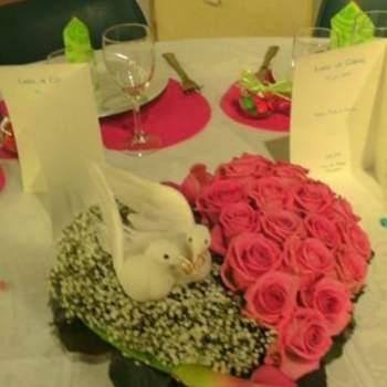 """Centre de table """"Colombes"""", coeur floral partagé en deux par la passion : une moitié gypsophile, sur laquelle vient se nicher un couple de colombes et l'autre moitié de 20 roses - Crédit photo: Twenga"""