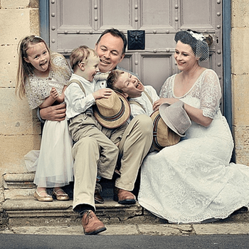 Una bonita foto de la familia relajada.