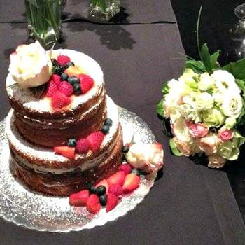 "<a href=""https://www.zankyou.pt/f/baunilhachocolate-16854"">Naked Wedding Cake. Foto: Baunilha&Chocolate </a>"