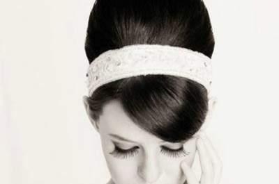 Un romantico chignon alto incorniciato da cerchietto. Foto via Matrimonioematrimoni blog