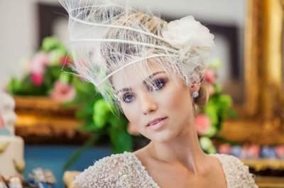 Acessório de cabelo com flores para noivas no verão