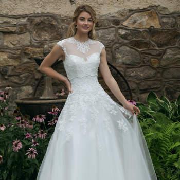 Modelo 44050, vestido de novia sin mangas con aplicaciones de encaje por todo el vestido