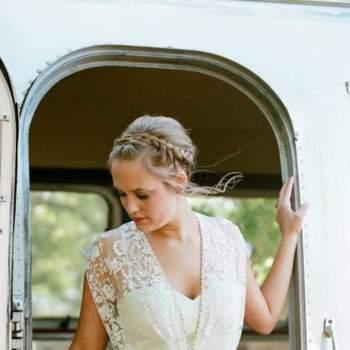 O decote perfeito para noivas boémias: combine-o com penteados clássicos como os coques. Foto: Q Weddings