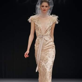 Robe de mariée à manches courtes et décolleté en V échancré, de la collection Badgley Mischka Automne 2012